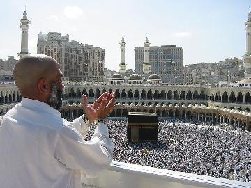 800px-Supplicating_Pilgrim_at_Masjid_Al_Haram._Mecca,_Saudi_Arabia