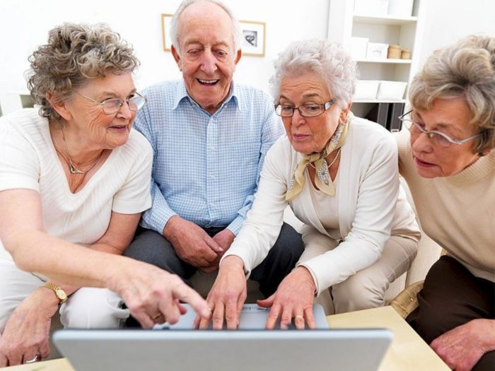 adults over 50 | Растет число людей старше 50 лет регулярно играющих в игры.